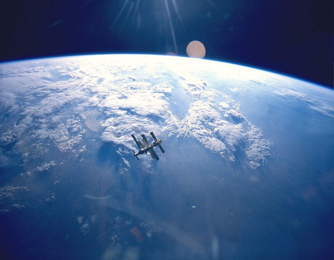 800px-Earth_&_Mir_(STS-71)