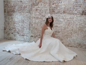 Disposable wedding dresses make the new bride.